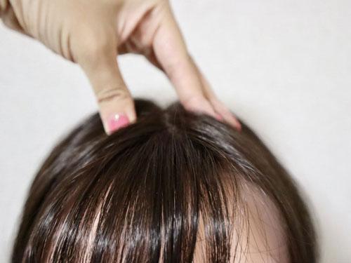 ウィッグの付け方・前髪部分のクリップをとめる