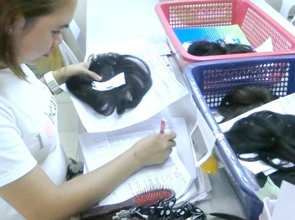 ナチュレーヌウィッグフィリピンの工場⑦植毛検品